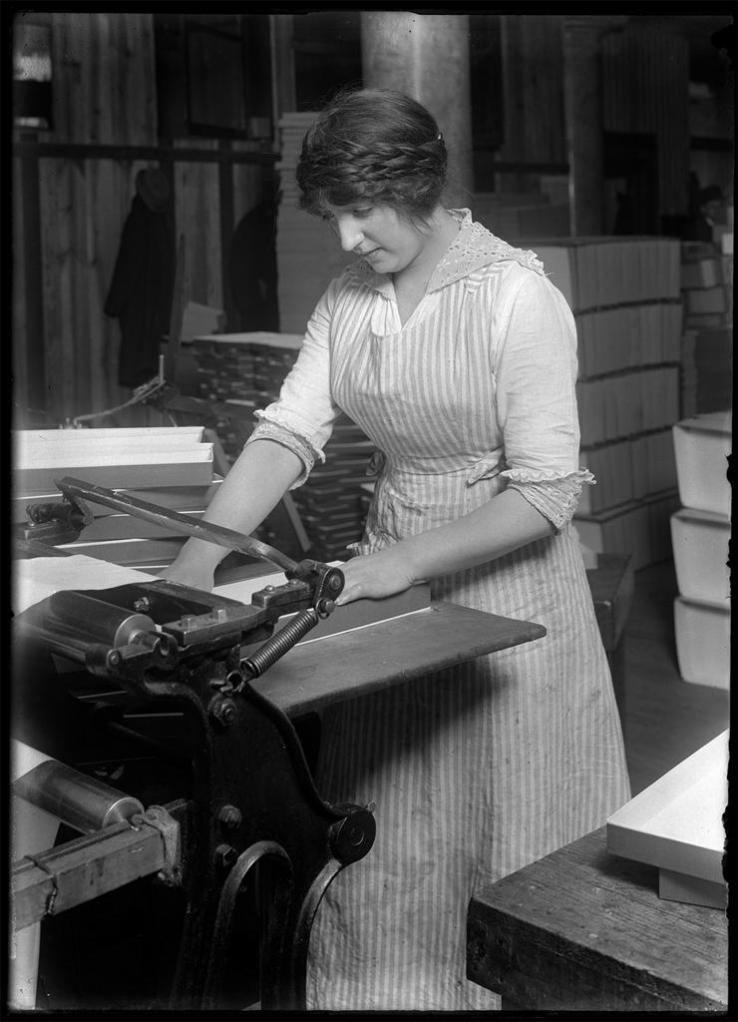 Paper box cutting ca. 1906-1938